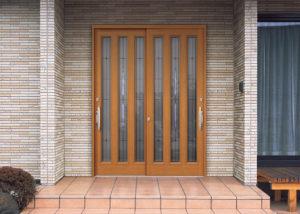 hikidoa 1Por que as portas de entrada das casas japonesas abrem para fora?